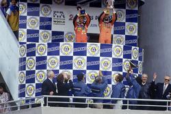 Podio: ganadores de la carrera Volker Weidler, Johnny Herbert, Bertrand Gachot, Mazda 787B