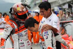 優勝を喜ぶ#8 ARTA NSX-GTの小林崇志、野尻智紀、鈴木亜久里監督