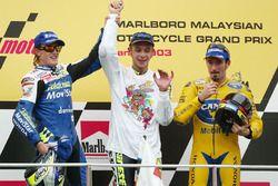 Valentino Rossi vainqueur de la course et champion du monde, avec Sete Gibernau, deuxième, et Max Biaggi, troisième