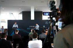 Гонщик Mercedes AMG F1 Валттери Боттас, беседует с руководителем отдела по связям с общественностью