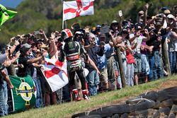 Le vainqueur Jonathan Rea, Kawasaki Racing fête sa victoire avec des fans