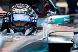 Valtteri Bottas, Mercedes AMG F1, dans son cockpit avec la visière ouverte