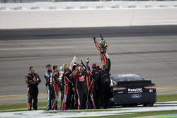 Race winner Kurt Busch, Stewart-Haas Racing Ford celebrate with team