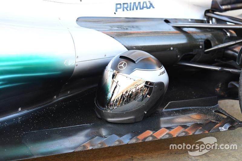 Шлем механика Mercedes AMG F1 и днище Mercedes-Benz F1 W08