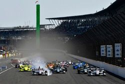 Start: Will Power, Team Penske Chevrolet, Helio Castroneves, Team Penske Chevrolet lead