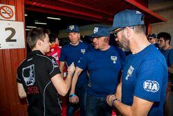 Louis Deletraz, Racing Engineering firma la maglietta di un volontario FIA