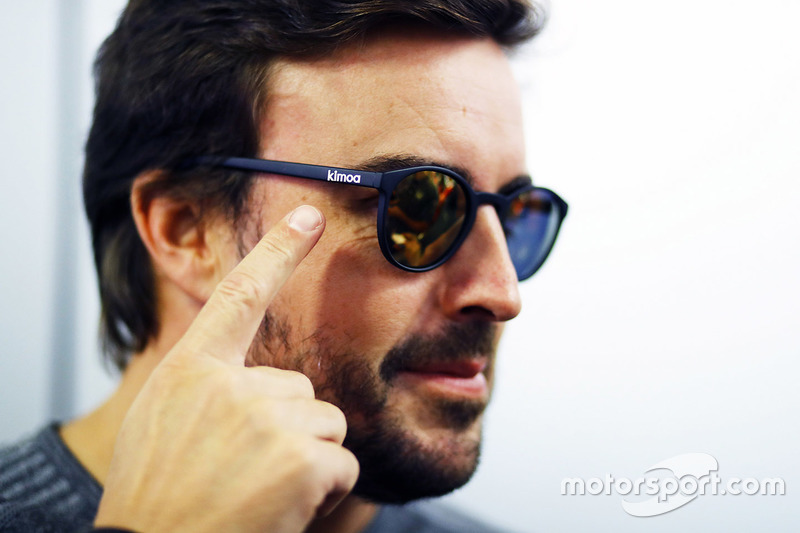 Fernando Alonso Kimoa napszemüvegben
