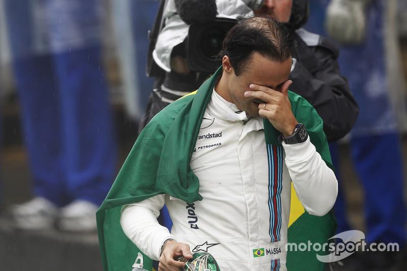 Felipe Massa, Williams, camina con lágrimas en los ojos y la bandera de Brasil