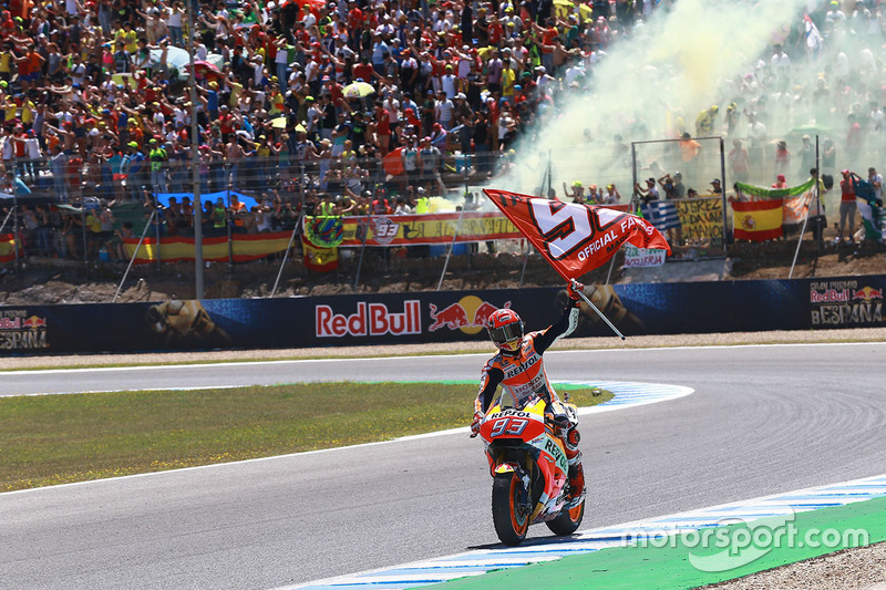 Marc Marquez membawa bendera Fan Club MM93