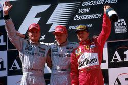 Podium: Racewinnaar Mika Hakkinen, McLaren, tweede plaats David Coulthard, Mclaren, derde plaats Mic