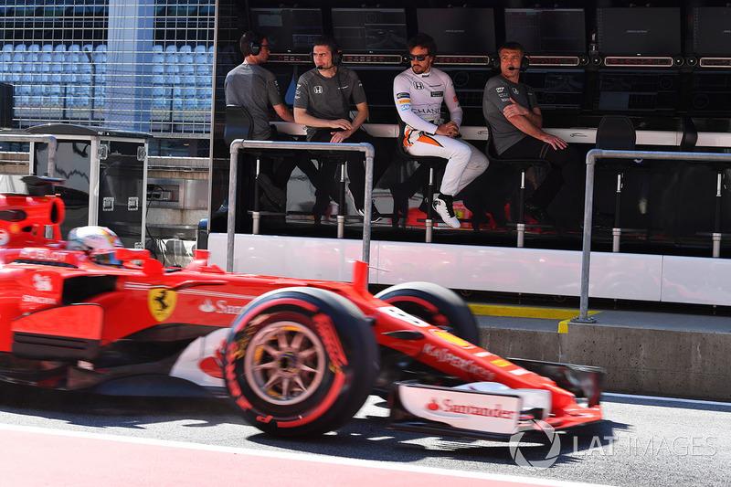 Fernando Alonso, McLaren y Andrea Stella, McLaren observan a Sebastian Vettel, Ferrari SF70H