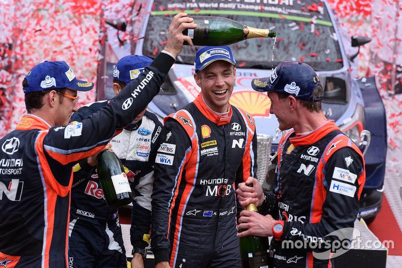 I vincitori Thierry Neuville, Nicolas Gilsoul, Hyundai Motorsport, al secondo posto Hayden Paddon, S