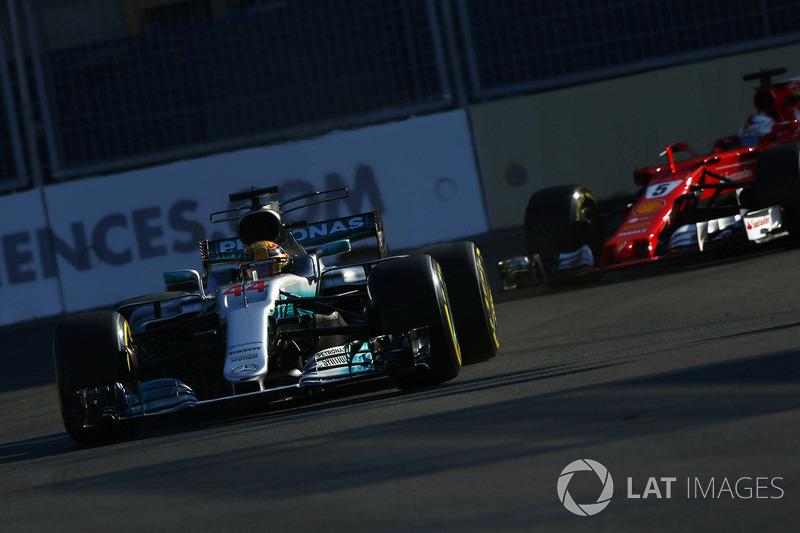 Considerando-se prejudicado por Hamilton, a quem julgou ter feito um brake test, Vettel emparelhou a Ferrari ao lado da Mercedes e deu um chega pra lá no britânico. Isso custou ao germânico um stop and go de dez segundos.