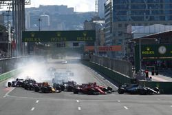 Valtteri Bottas, Mercedes AMG F1 W08 devant Sebastian Vettel, Ferrari SF70H et Kimi Raikkonen, Ferrari SF70H au départ