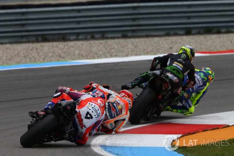Valentino Rossi, Yamaha Factory Racing en Zarco, Monster Yamaha Tech 3 maken contact
