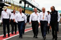 Стюард FIA Дерек Уоррик и гоночный директор Ф1 Чарли Уайтинг с прочими делегатами FIA