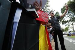 Stoffel Vandoorne, McLaren, prend une photo avec les fans