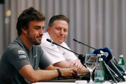 Фернандо Алонсо и исполнительный директор McLaren Technology Group Зак Браун на пресс-конференции, п