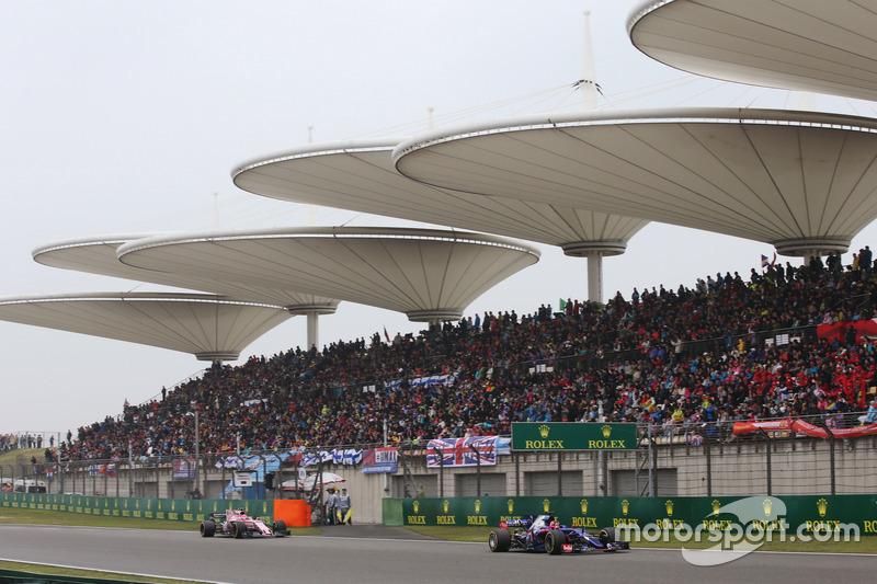 Daniil Kvyat, Scuderia Toro Rosso STR12, leads Esteban Ocon, Force India VJM10