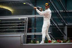 Lewis Hamilton, Mercedes AMG, bei der Champagnedusche
