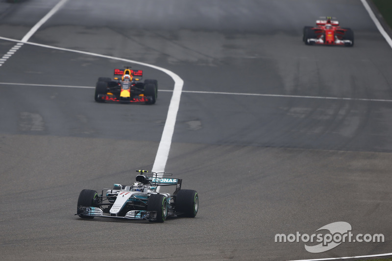 Valtteri Bottas, Mercedes AMG F1 W08; Daniel Ricciardo, Red Bull Racing RB13
