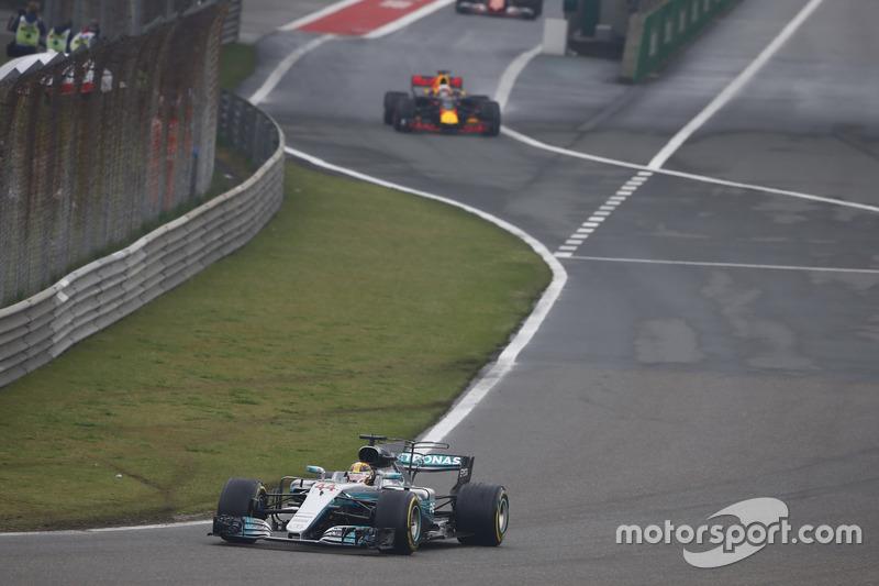 Lewis Hamilton, Mercedes AMG F1 W08; Daniel Ricciardo, Red Bull Racing RB13, fahren aus der Boxengasse