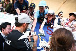 Lewis Hamilton, Mercedes AMG F1 firma de autógrafos para los fans
