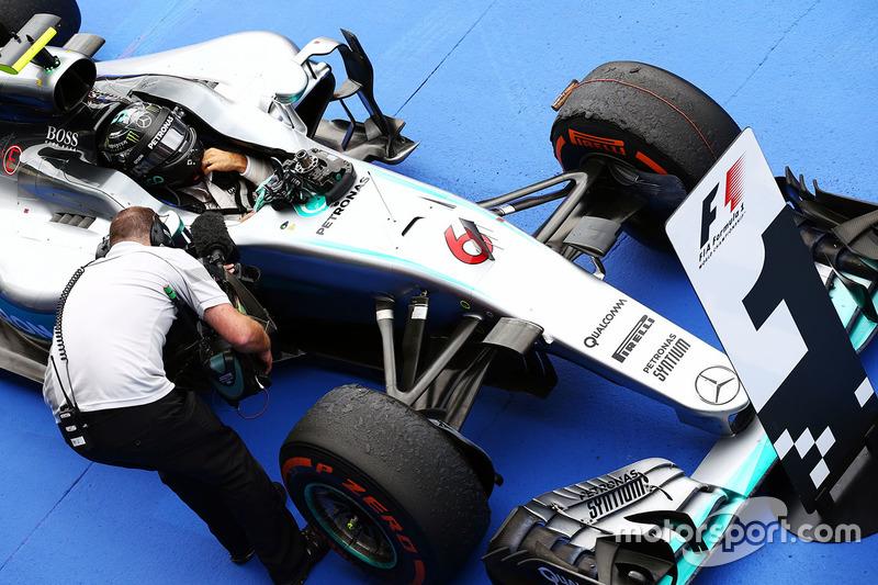 Il vincitore della gara Nico Rosberg, Mercedes AMG F1 W07 Hybrid nel parco chiuso