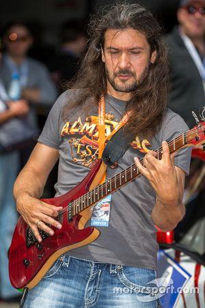 Piloto y guitarrista Victor Smolski