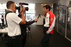 Марк Веббер, Porsche Team розмовляє з представником Motorsport.com