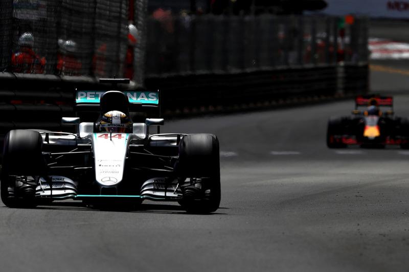 Lewis Hamilton, híbrido de W07 Mercedes AMG F1 en pista por delante de Daniel Ricciardo, Red Bull Racing RB12