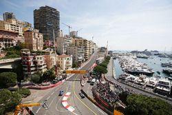Marcus Ericsson, Sauber C35 et Lewis Hamilton, Mercedes AMG F1 W07 Hybrid