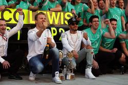Le vainqueur Nico Rosberg, Mercedes AMG F1 fête sa victoire avec son équipier Lewis Hamilton, Mercedes AMG F1 et l'équipe