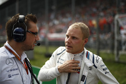 Jonathan Eddolls, Race Engineer, Williams Martini Racing, and Valtteri Bottas, Williams Martini Racing, on the grid