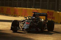 Fernando Alonso, McLaren MP4-31 dengan penutup kokpit Halo