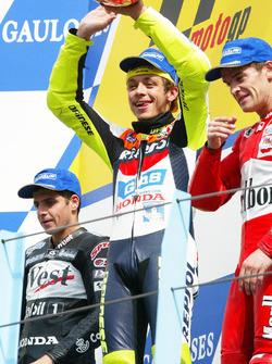 Podium: winnaar Valentino Rossi, Honda Team, tweede place Alex Barros, Honda Pons, derde Carlos Chec