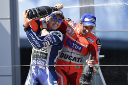 Третье место - Хорхе Лоренсо, Yamaha Factory Racing, победитель гонки - Андреа Янноне, Ducati Team