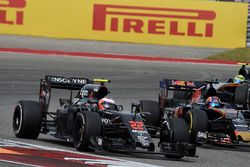Дженсон Баттон, McLaren MP4-31, и Даниил Квят, Scuderia Toro Rosso STR11