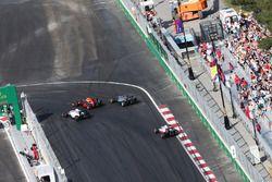Valtteri Bottas, Williams FW38, Max Verstappen, Red Bull Racing RB12, ve Lewis Hamilton, Mercedes AM