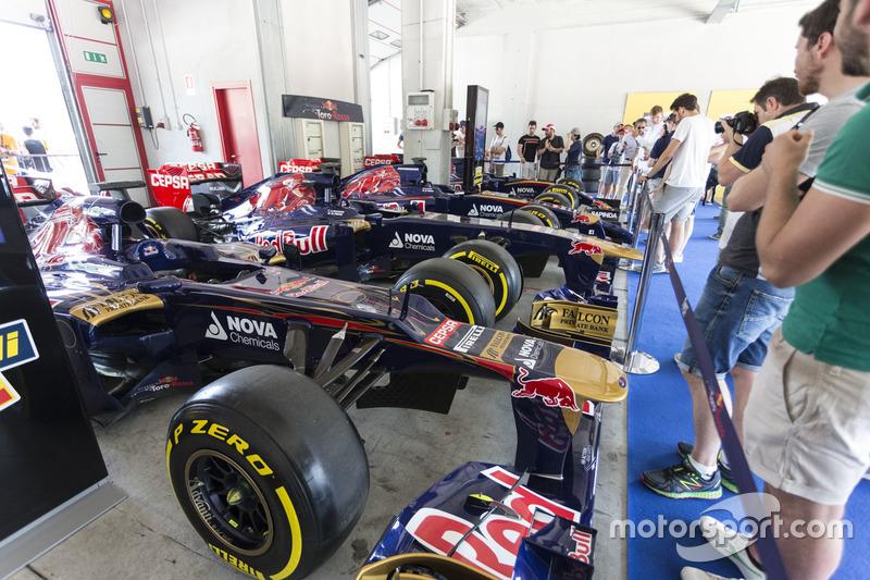 Le monoposto Toro Rosso in esposizione