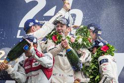 Подіум LMP1: переможці - #2 Porsche Team Porsche 919 Hybrid: Ромен Дюма розбризкує шампанське