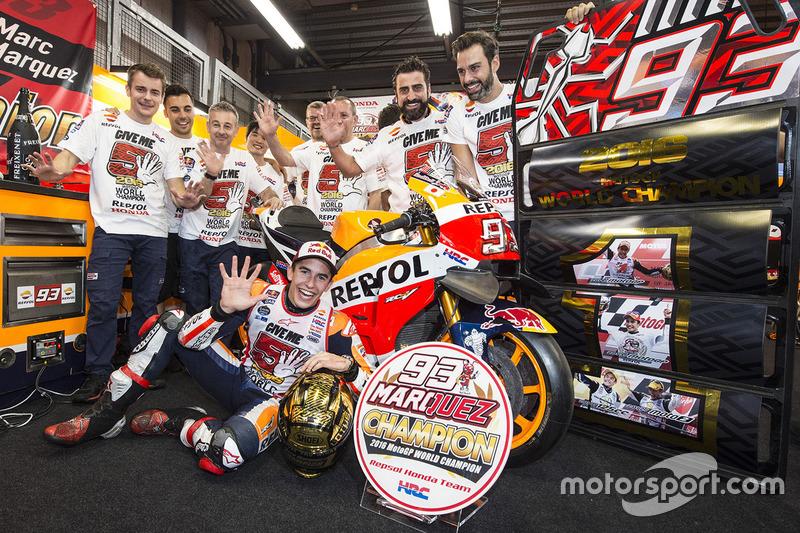 Marc Marquez merayakan gelar 2016 bersama timnya