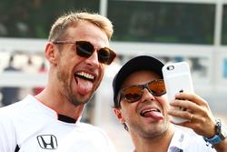 Jenson Button, McLaren con Felipe Massa, Williams en el desfile de pilotos