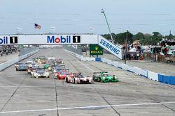 Start: #60 Michael Shank Racing with Curb/Agajanian Ligier JS P2 Honda: John Pew, Oswaldo Negri, Oli
