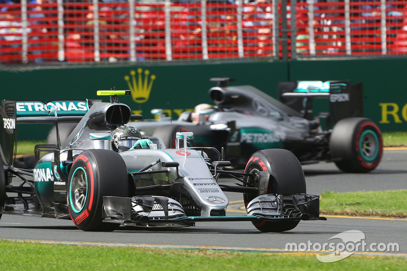 Nico Rosberg, Mercedes AMG F1 Team W07, e Lewis Hamilton