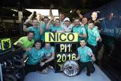 Le vainqueur Nico Rosberg, Mercedes AMG F1 Team fête la victoire avec l'équipe