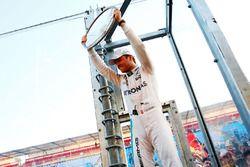 Победитель - Нико Росберг, Mercedes AMG F1 Team празднует с фанатами