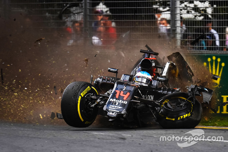 Fernando Alonso, McLaren MP4-31 subit un terrible accident
