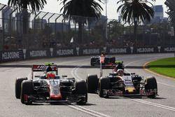 Esteban Gutierrez, Haas F1 Team VF-16 et Carlos Sainz Jr., Scuderia Toro Rosso STR11 en lutte pour une position