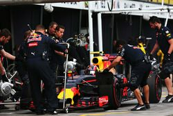 Daniil Kvyat, Red Bull Racing RB12 dans la voie des stands